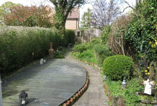 Long Cottage Gardens with home office to rear