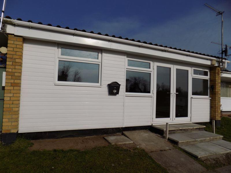 2 bedroom chalet to rent in waveney valley burgh castle great yarmouth nr31