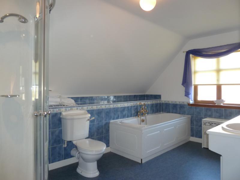Binghill Farmhouse - Bathroom