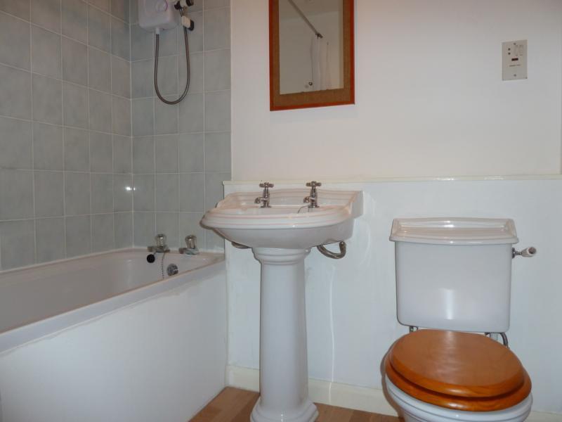 6 Westdyke Avenue - Bathroom