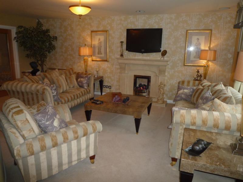 4 Woodlands Gardens - Lounge