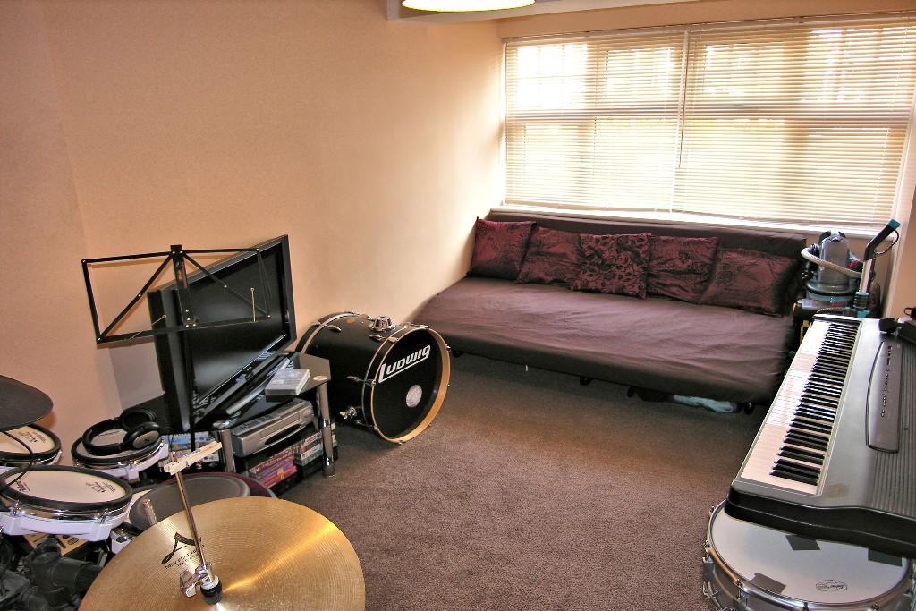 SITTING/BEDROOM 5