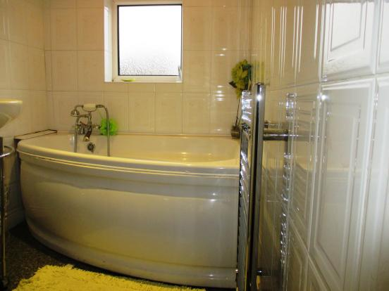 Newland Grove - Family Bathroom