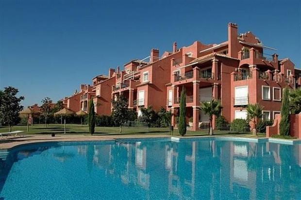 Pool to apartment