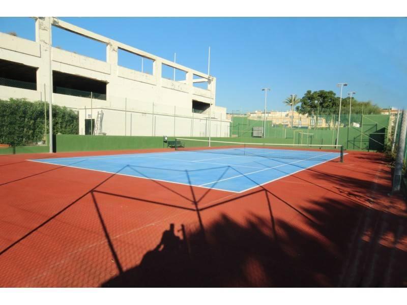 Tennis/paddle court