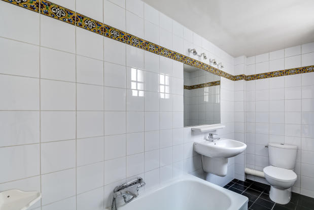 Bathroom white tiles Quincampoix Paris