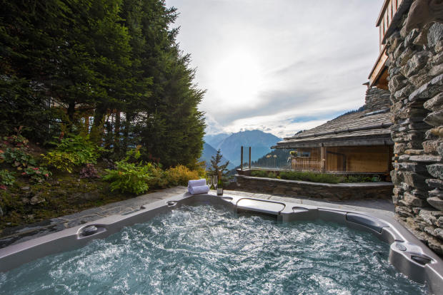 Outdoor Jacuzzi with mountain views at Chalet Vermont in Verbier