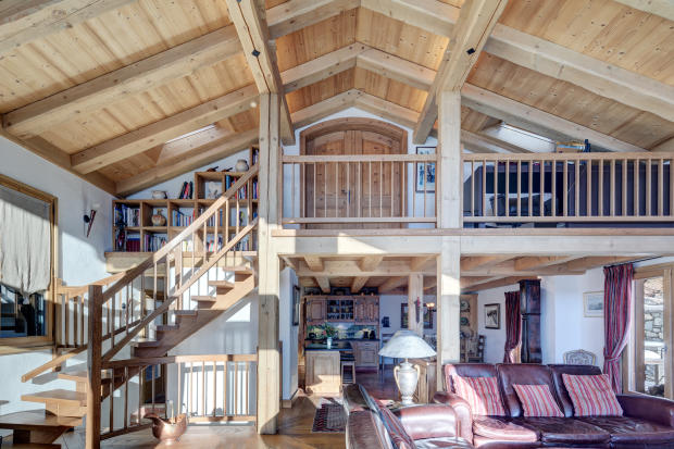Full height ceiling mezzanine living room open plan staircase wood Chalet Feuille d'Erable Verbier
