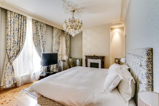 Bedroom parquet flooring chandelier Etoile Marceau Paris