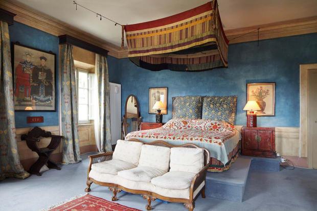 Bedroom master raised bed Villa La Quercia Lucca Tuscany