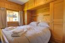 Double bedroom with window at Chalet Lievre in Verbier