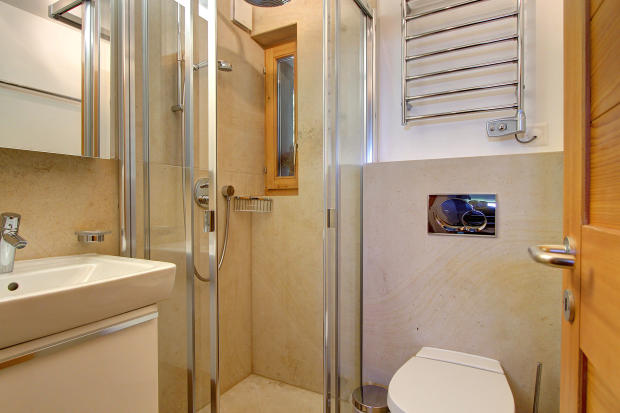 Bathroom with fitted shower at Chalet Lievre in Verbier