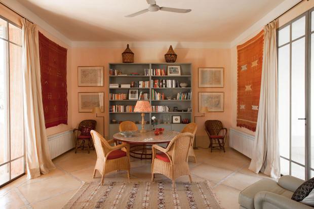 Dining room with bookcase at Villa Jardin