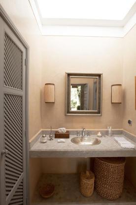 Bathroom with sink and mirror at Villa Jardin