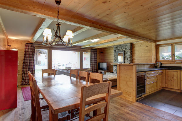 Open plan living area with dining room and kitchen at Gai Torrent apartment in Verbier