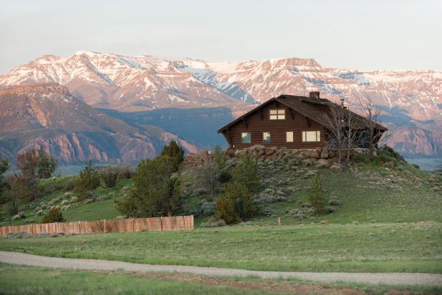 Four Bear Ranch main house with mountain backdrop