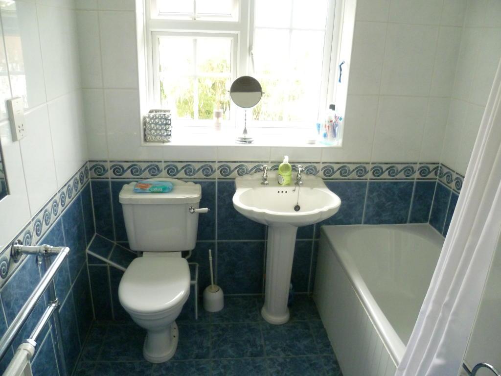 Turquoise family bathroom design ideas photos for Bathroom ideas rightmove