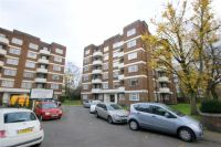 Flat in Gunnersbury Court, London