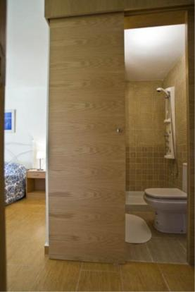 Hydro-massage shower in ensuite of main bedroom