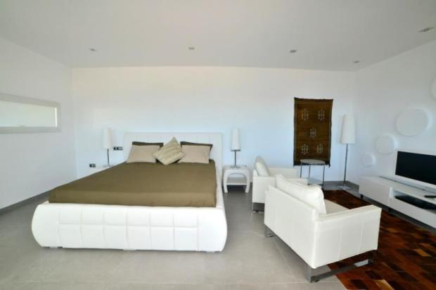 Main bedroom with sea view, en suite & terrace