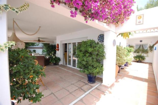 Nice entrance to villa walking distance to beach