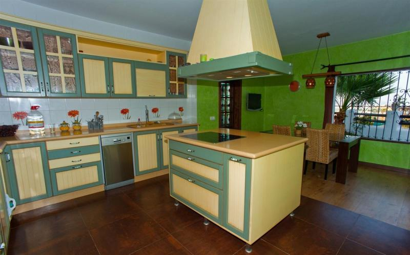 Cream green kitchen design ideas photos inspiration for Green and cream kitchen ideas