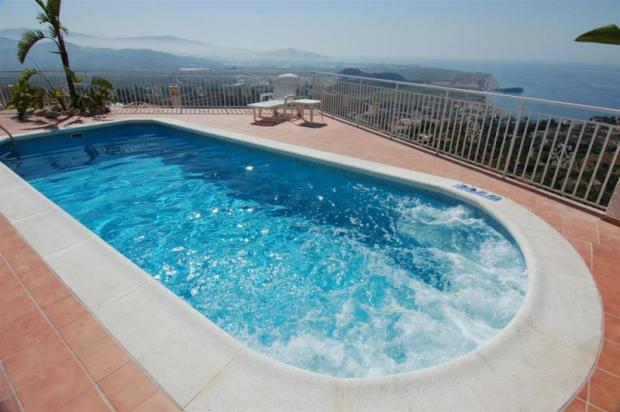 Chlorine-free pool with built-in jacuzzi