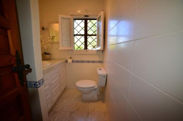 Shower room for the use of the 2 guest bedrooms