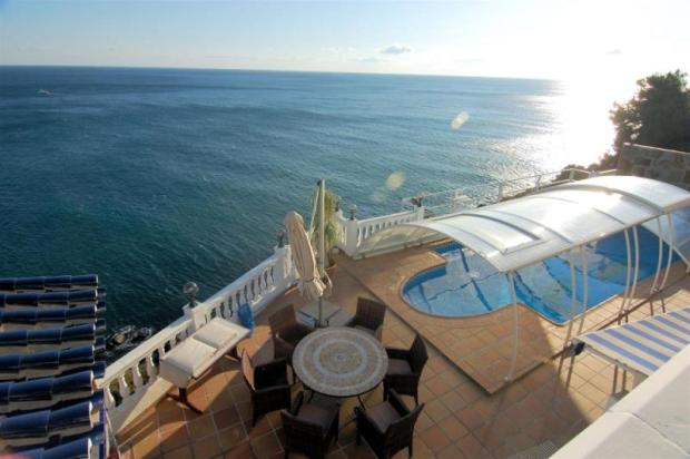 There´s nothing between the pool terrace & the sea