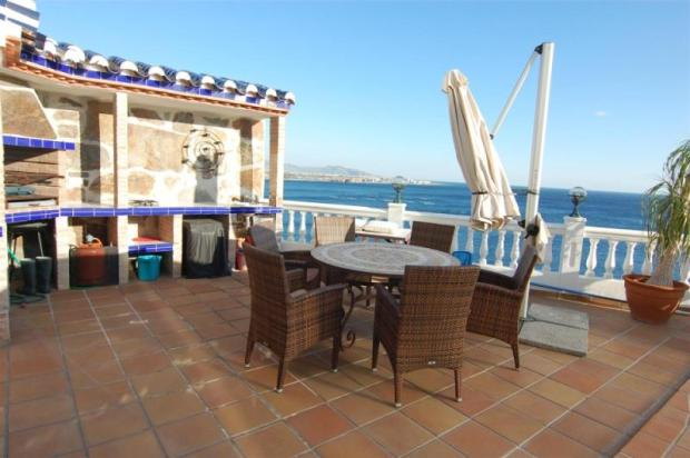 BBQ & outdoor kitchen for great sea side dining