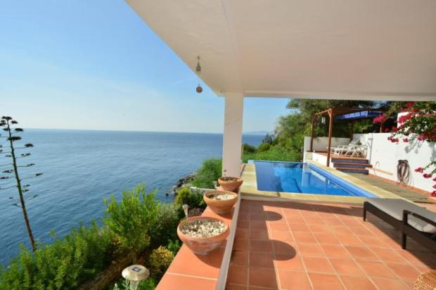 Sea view in this villa for sale in La Herradura