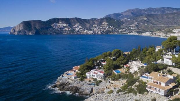 The beach of La Herradura is 5 minutes on foot
