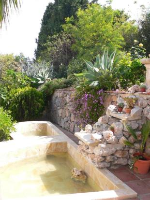 Lovely garden with fountain, pools & more
