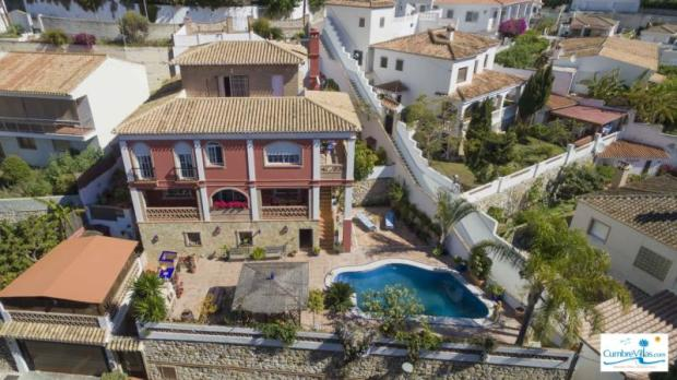 Large, quality villa with pool is in quiet area