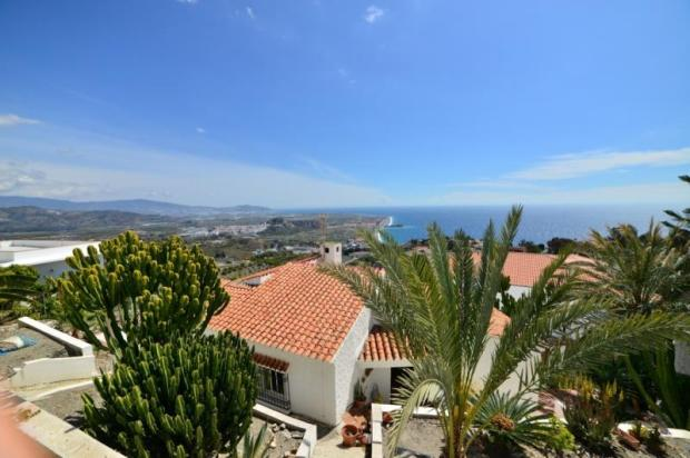 Spanish style villa w/amazing views & nice garden