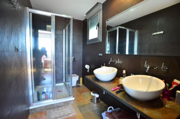Bathroom of the main bedroom