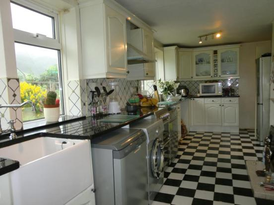 Extensively fitted kitchen
