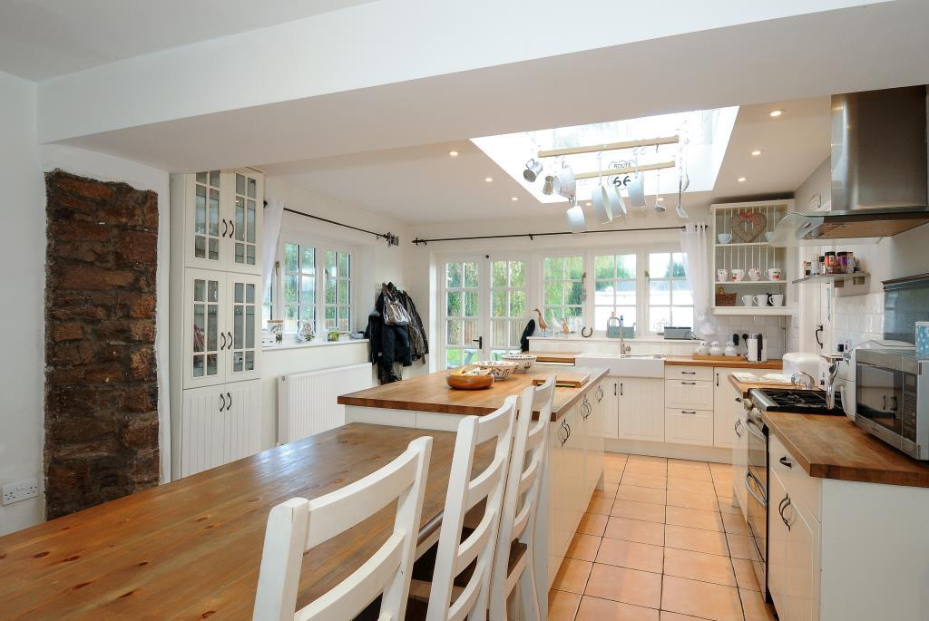 Eating area within 'L 'shpaed kitchen