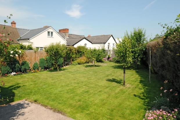 Large rear garden with pedestrian rear access