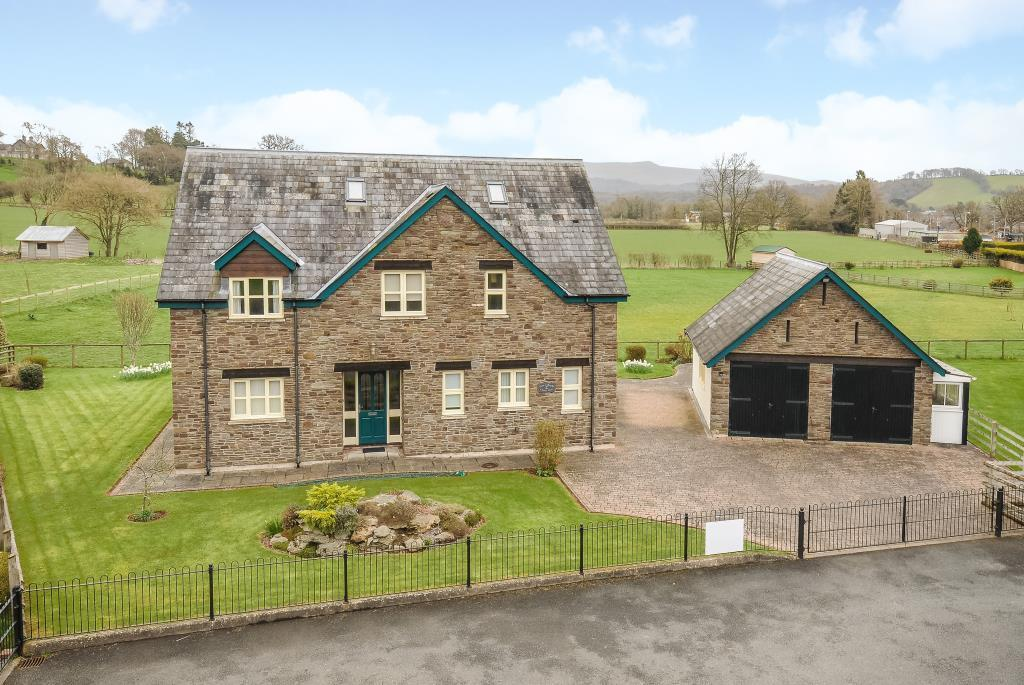 4 bedroom house adjoining fields at the rear