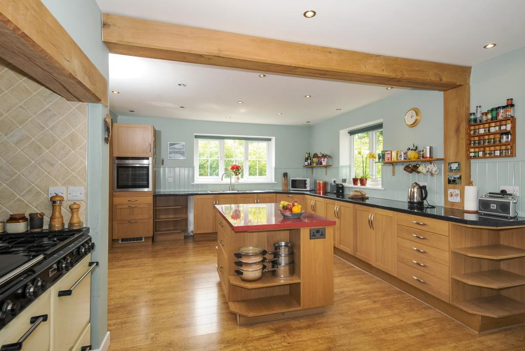 Comprehensively fitted kitchen