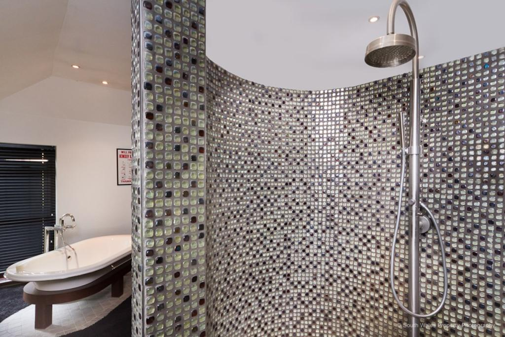Curved double shower