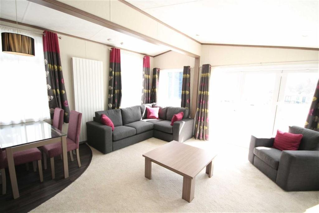 Lounge/Dining Area I