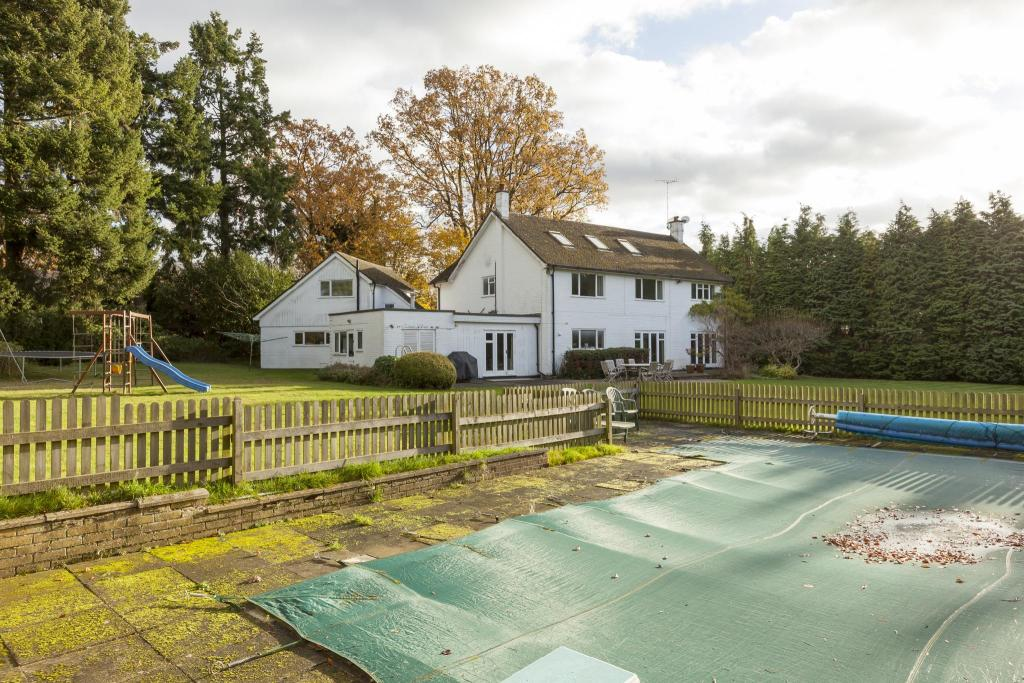 5 Bedroom Detached House For Sale In Eaton Park Cobham Surrey Kt11