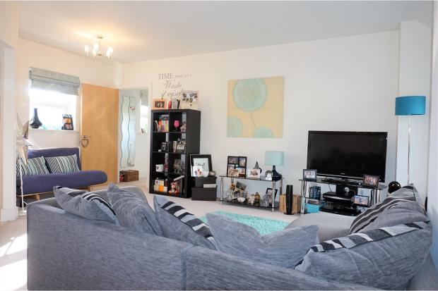 2 bedroom coach house for sale in tilling close maidstone for Living room c o maidstone