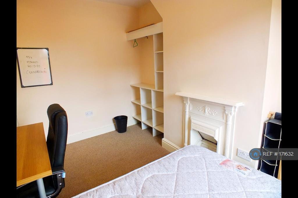 Upstairs Middle Room £65pw