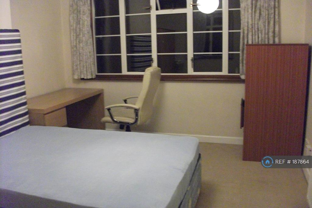 Upstairs Middle Bedroom4b