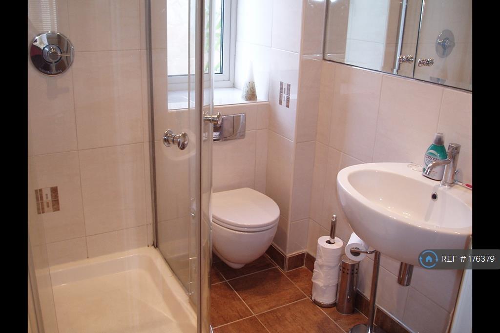 Master Bedroom Enuite Bathroom