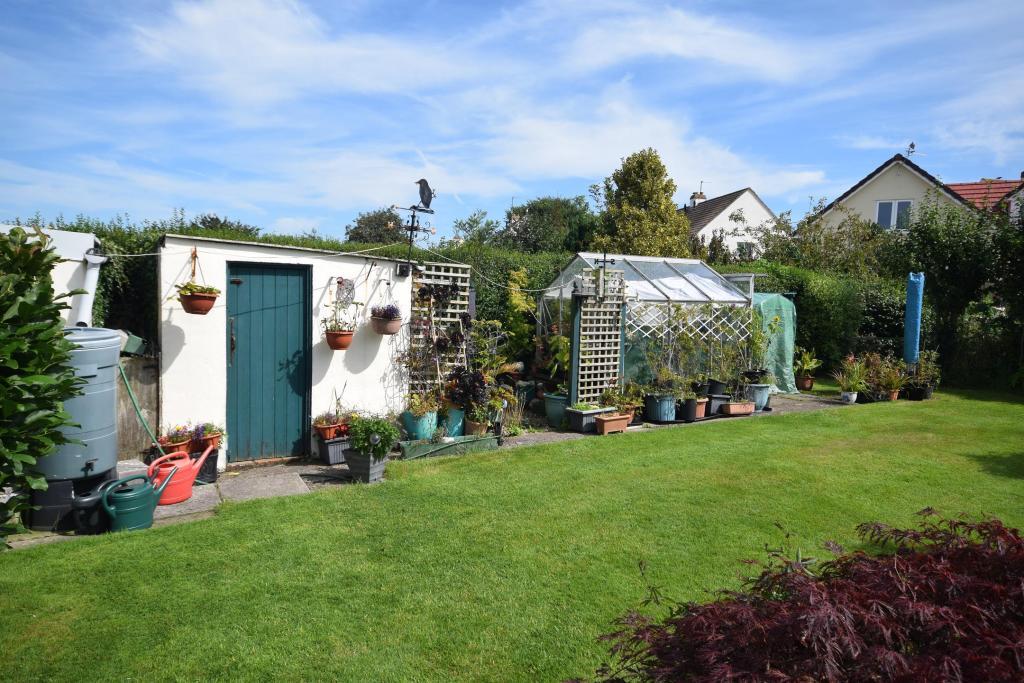 Shed & Greenhouse Rear Garden