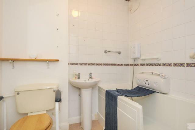 Bathroom (mobility aiding bath with side access)